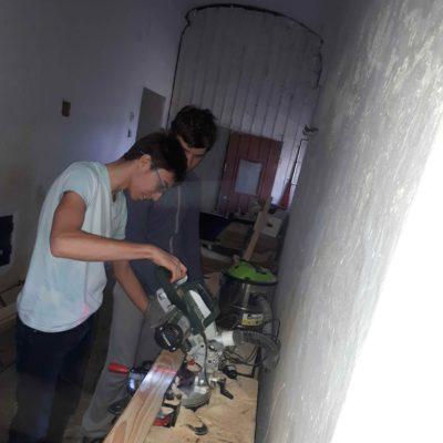 Príprava dosiek na stavbu bedne