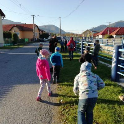 Dnes sme sa vybrali na príjemnú jesennú prechádzku spojenú so zbieraním opadaných listov a neskôr aj gaštanov.